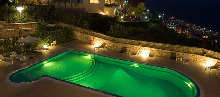 Bouganville Pool Abend
