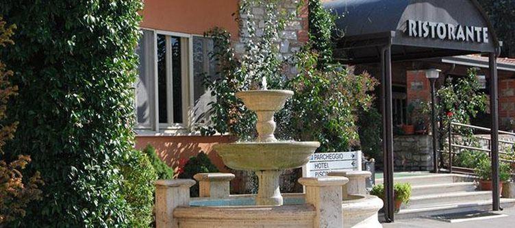 Gabbiano Hotel Eingang Brunnen