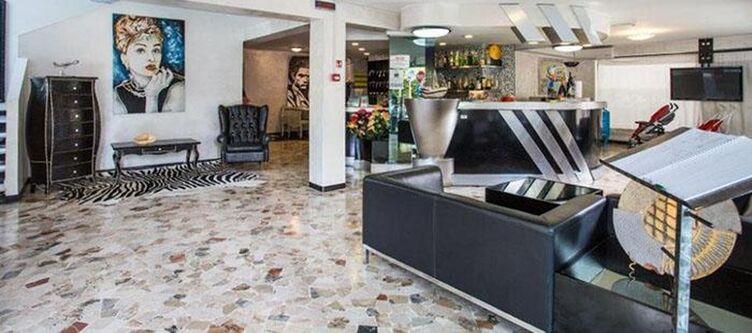Hollywood Lobby3