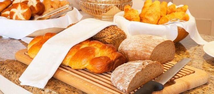 Stroblhof Fruehstuecksbuffet Brot