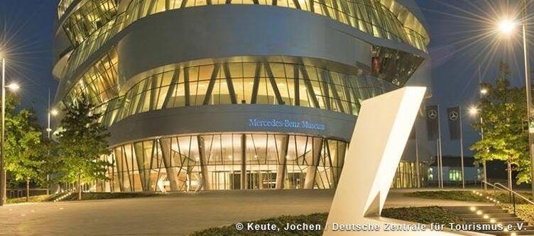 Stuttgart Mercedes Benz Museum Nachts