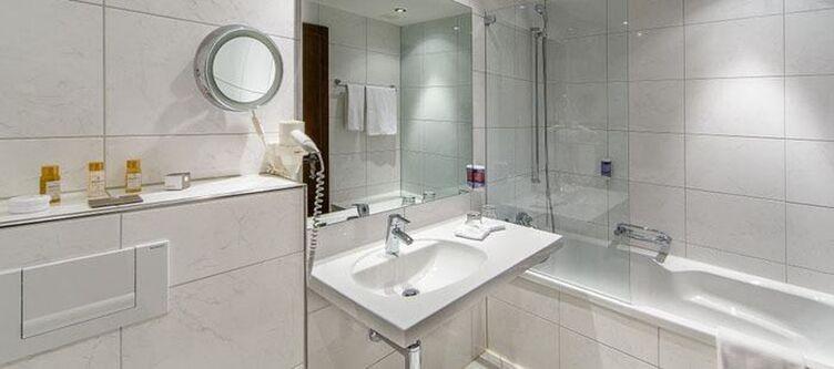 Swisschalet Zimmer Schlosshotel Seezimmer Bad