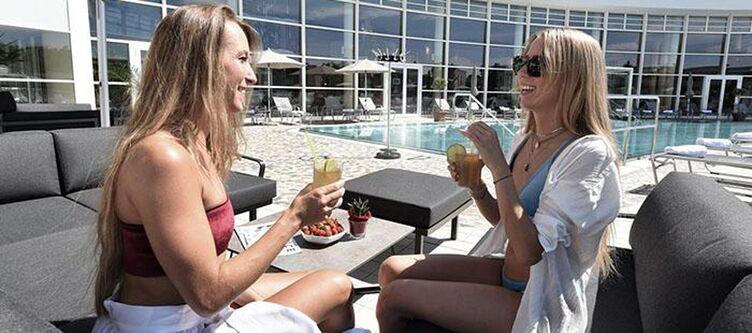 Vital Pool Lounge